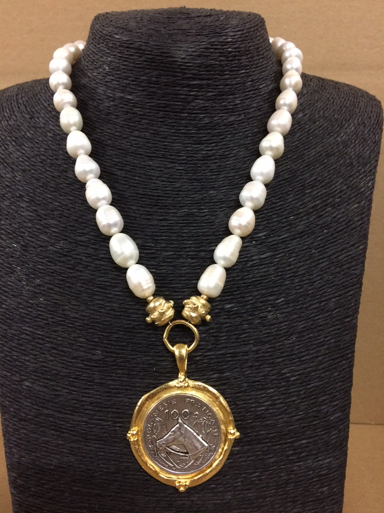 susan-shaw-equestrian-necklace-pearls-with-horse-head-medallion-1